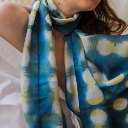Foulard en soie – shibori bleu indigo et jaune