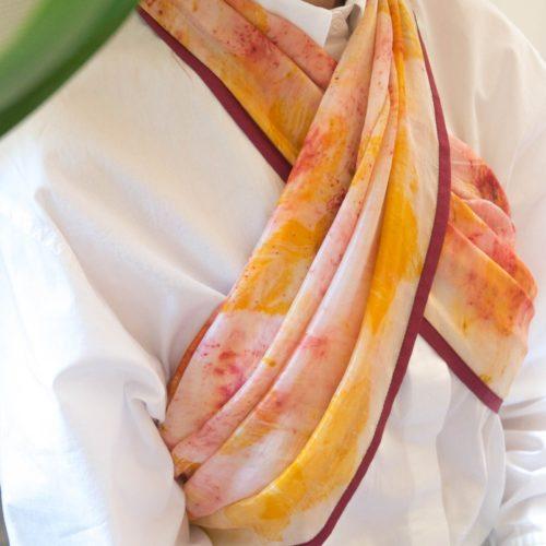 Foulard en soie – impression végétale jaune et rose