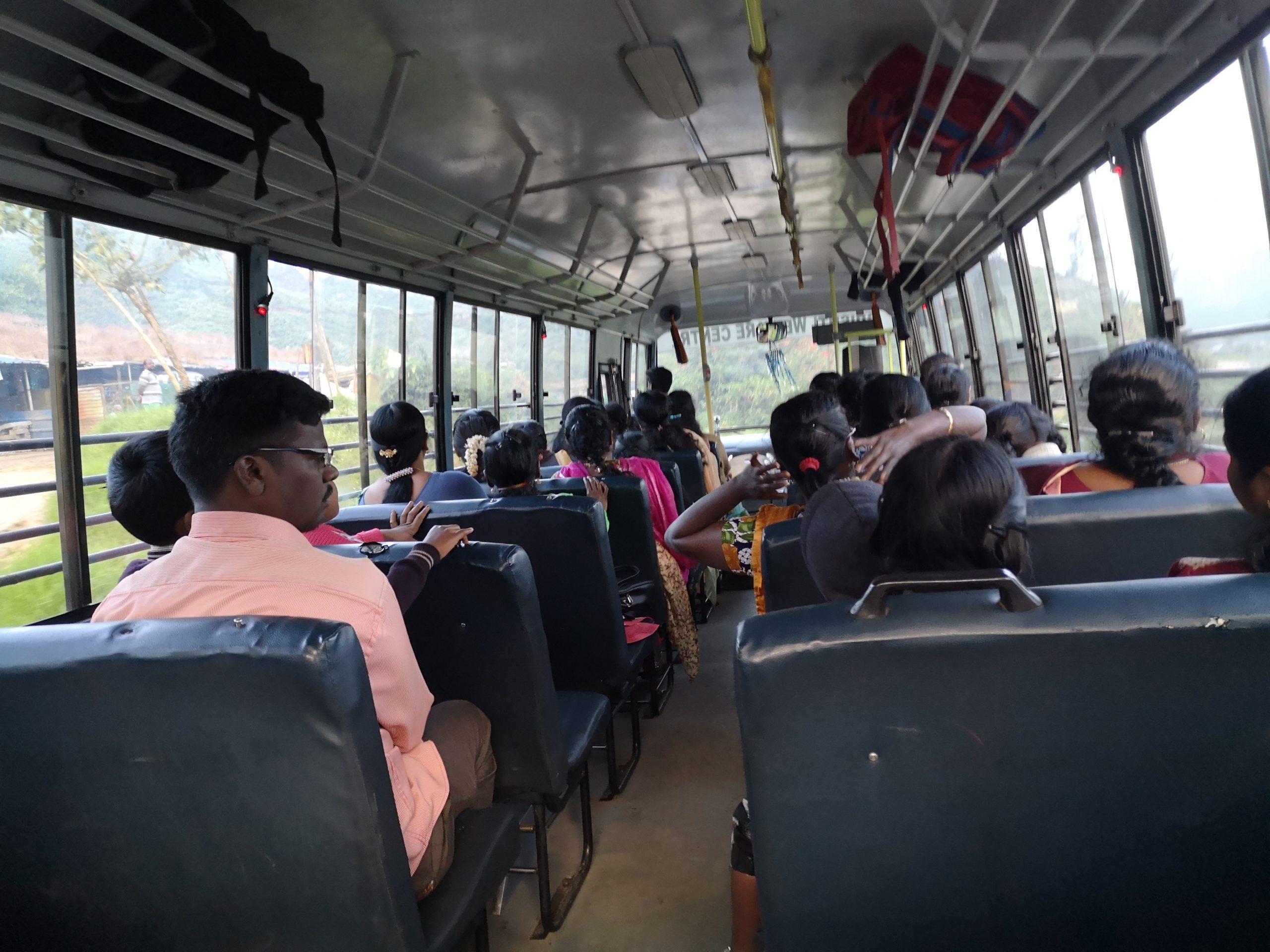 Bus scolaire allant de Munnar à l'atelier